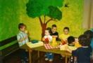 Bambini nella stanza verde