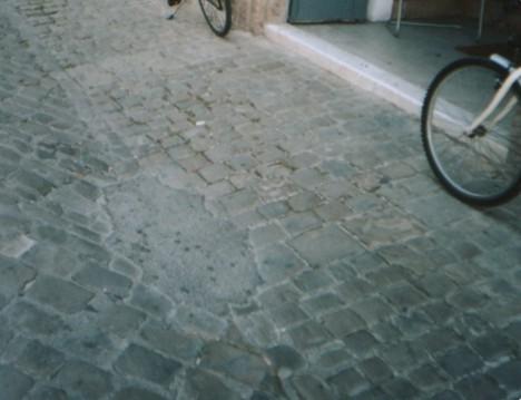 Il manto stradale del centro riparato con l'asfalto