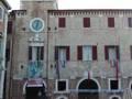 Il Palazzo Comunale con le bandiere della Pace