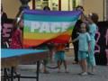 Bambini giocano con le bandiere della Pace