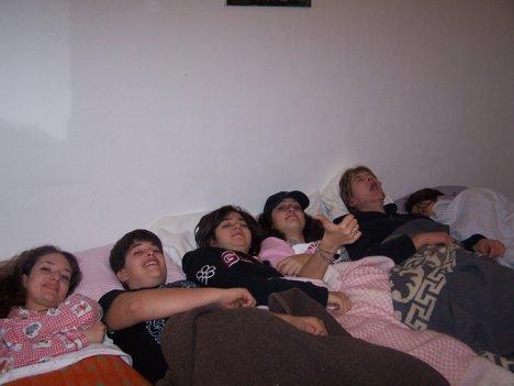 Tutti gli adolescenti nella stessa stanza mentre gli animatori dormono