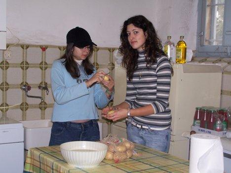 Le ragazze danno una mano in cucina